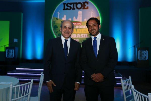 O prefeito de Curitiba, Gustavo Fruet (esq) e o presidente-executivo da Editora Três, Caco Azulgaray
